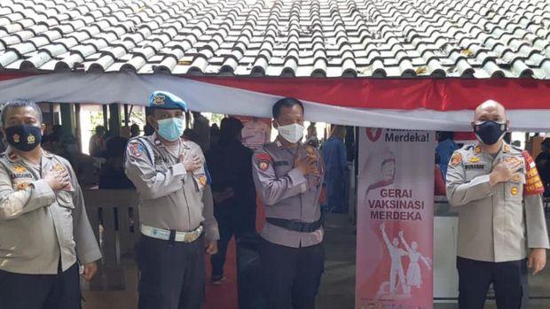 Vaksinasi di Kota Depok, Kamis (5/8/2021). Foto Dok.Polres Depok dan Polsek Sawngan