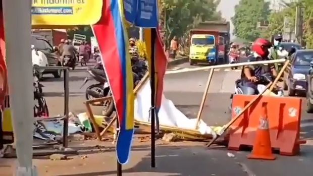 viral pria rusak banner ppkm