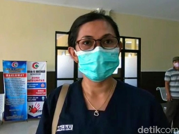 Penyebar wafer berisi potongan silet di Jember sudah ditangkap dan diduga menderita paranoid. Hari ini, ia diperiksa psikiater di Bondowoso.