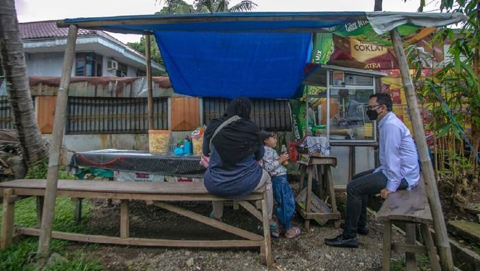 Wali Kota Bogor Bima Arya berbincang dengan pelaku UMKM.