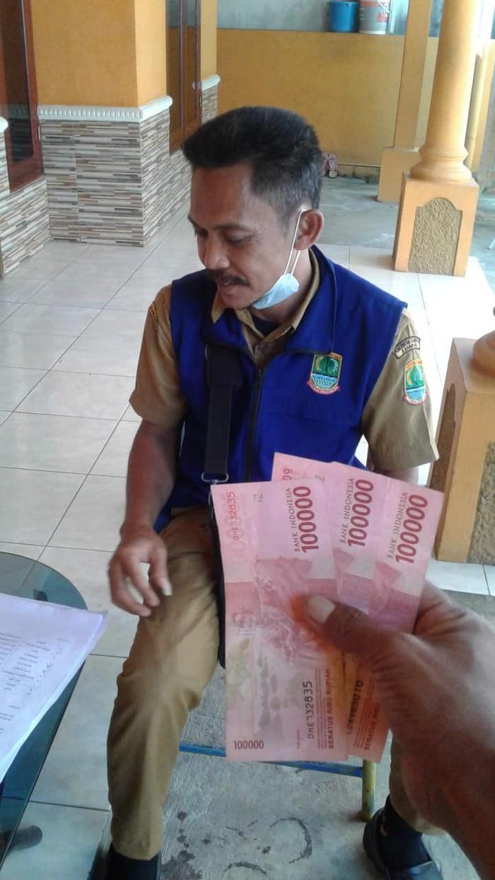 Warga di Karawang mengaku BST yang diterimanya disunat 50 persen