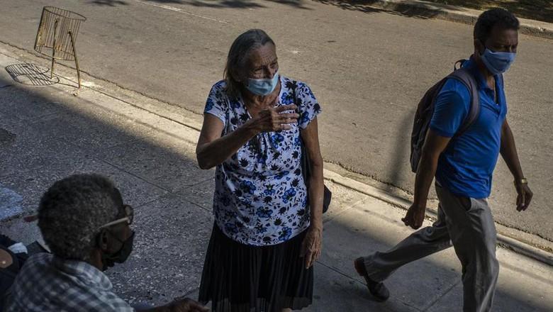 Warga Kuba yang ingin vaksinasi