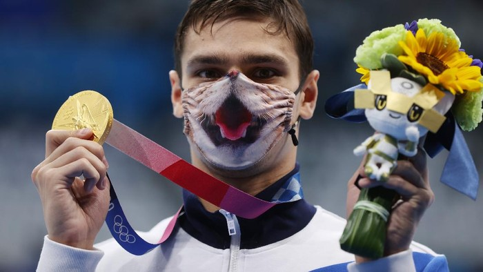 TOKYO, JAPAN - JULY 30: Evgeny Rylov of Team ROC poses with the gold medal for the Mens 200m Backstroke Final on day seven of the Tokyo 2020 Olympic Games at Tokyo Aquatics Centre on July 30, 2021 in Tokyo, Japan. (Photo by Clive Rose/Getty Images)