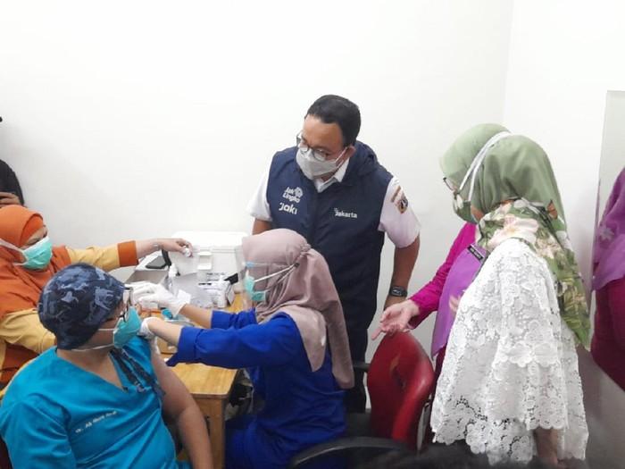 Anies saat mengecek penyuntikan vaksin Corona dosis ketiga di Jakarta (Tiara-detikcom)
