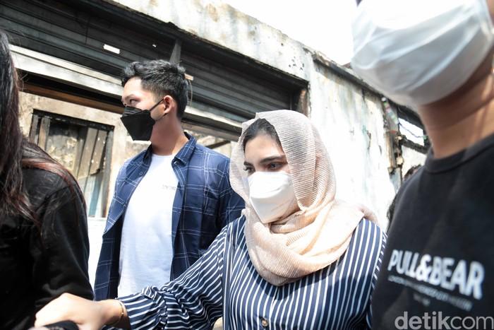 Ashanty saat mengunjungi korban kebakaran di Karet Tengsin.