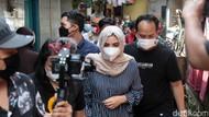 Ashanty dan Azriel Berikan Bantuan Korban Kebakaran Karet Tengsin