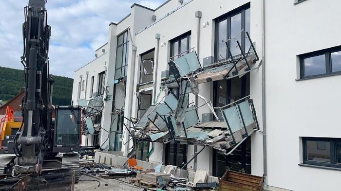 Bangunan apartemen dirusak pakai Escavator