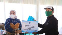 Menaker Serahkan Bantuan TKM ke 5 Kelompok Usaha & PKL di Mojokerto