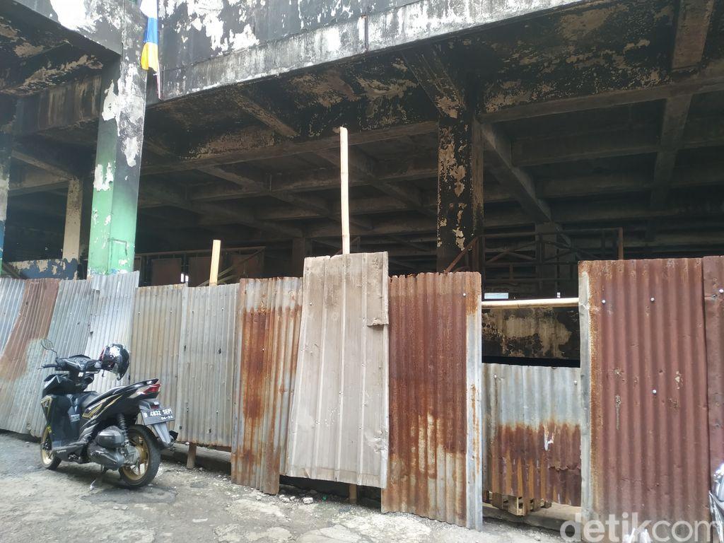 Blok C Pasar Minggu sisa kebakaran, belum kunjung dibangun atau diperbaiki. 6 Agustus 2021. (Athika Rahma/detikcom)