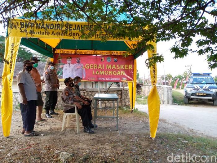Pasar merupakan pusat perekonomian masyarakat yang rawan terjadi kerumunan. Satgas COVID-19 Kecamatan Karanggeneng mendirikan gerai masker gratis.
