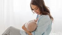 Anti Mainstream, Ibu Ini Bertekad Susui Anaknya Sampai Umur 10 Tahun