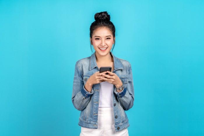 Ilustrasi Anak Muda Memegang Smartphone