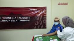 Vaksin COVID-19 dosis ke-3 atau suntikan booster di Indonesia hanya diperuntukan tenaga kesehatan. Lalu apa efek samping yang dirasakan nakes?
