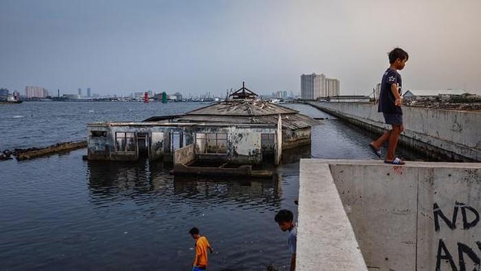 Saat ini para pakar Lingkungan Hidup Dunia memprediksi pulau Jawa dan Sumatera sedang diterpa isu akan tenggelam secara perlahan pada tahun 2030. Penyebabnya adalah karena pemanasan global, naiknya permukaan air laut dan penggunaan air tanah yang berlebihan.