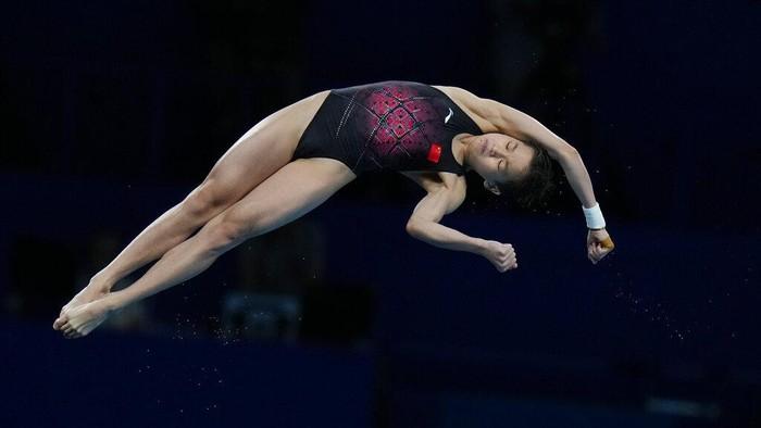 Quan Hongchan of China competes in women's diving 10-meter platform final at the 2020 Summer Olympics, Thursday, Aug. 5, 2021, in Tokyo, Japan. (AP Photo/Alessandra Tarantino)