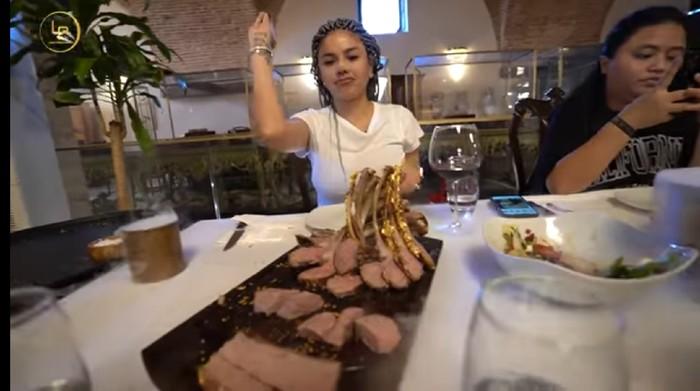 Makan di Resto Salt Bae, Nikita Mirzani Cicip Daging Mentah dan Steak Lapis Emas