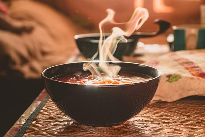 Mengapa Rasulullah SAW Larang Meniup Makanan dan Minuman Panas? Ini Alasannya