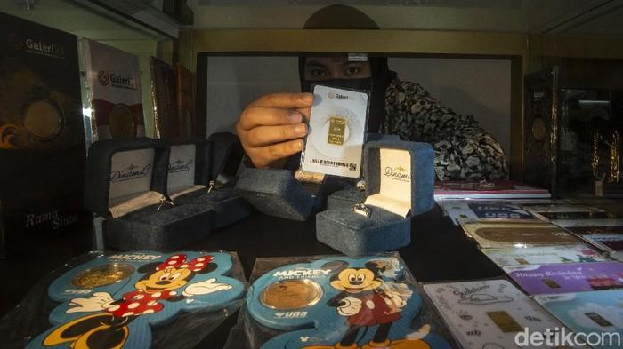Pandemi Corona membuat sejumlah warga terpaksa menggadaikan harta benda untuk memnuhi kebutuhan hidup. Mulai dari emas hingga kendaraan.