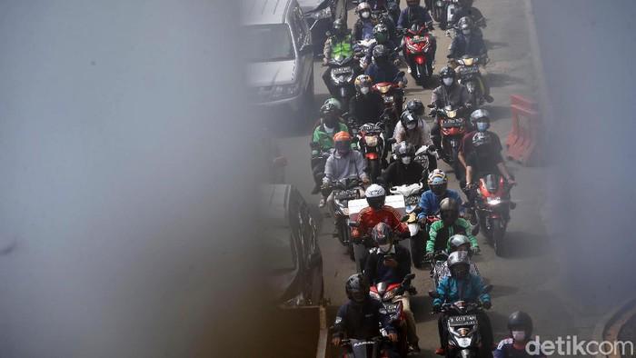 Mobilitas kendaraan di wilayah DKI Jakarta sejak awal pekan ini kembali meningkat, berbarengan dengan minggu kedua PPKM level 4. Begini penampakannya.