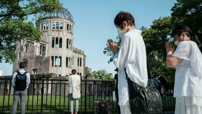 People offer prayers by the Atomic Bomb Dome in Hiroshima (Yasuyoshi CHIBA/AFP)