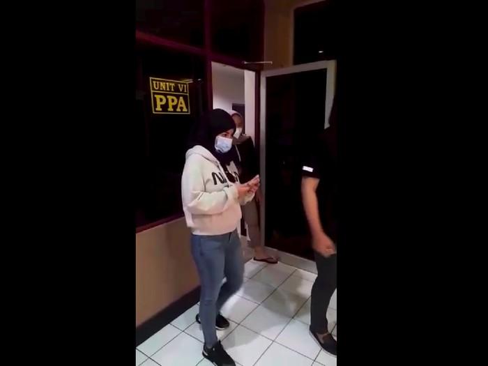 Penampakan Dinar Candy berkerudung tinggalkan Polres Jaksel usai diperiksa di kasus aksi berbikini (Dok.istimewa)