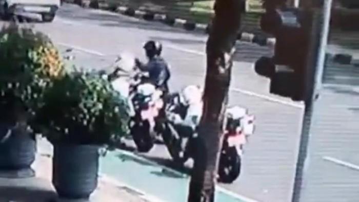 Pencurian helm Dishub di depan Balai Kota DKI Jakarta terekam CCTV (tangkapan layar video)