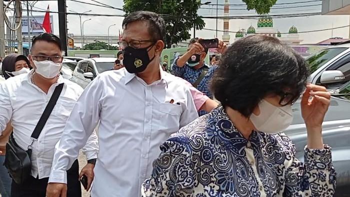 Putri Akidi Tio, Heryanty (batik putih biru), bersama suaminya, Rudi Sutadi (baju ungu) saat diperiksa di Polda Sumsel terkait donasi Rp 2 triliun (Foto Antara)