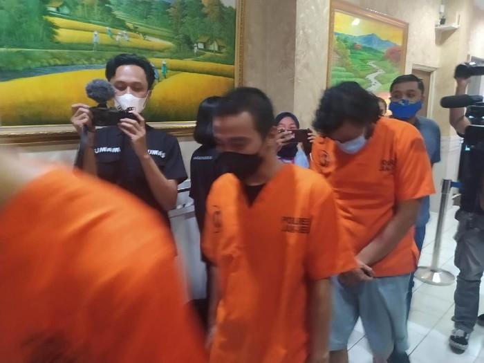 Rapper Neo Derry (tengah) ditangkap terkait kasus narkoba (Dias/detikcom)