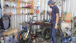 Tak Lulus SMK, Pria Bandung Ini Sukses Kembangkan Bengkel Motor Listrik