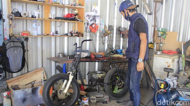 Tak selesai mengenyam pendidikan di bangku SMK, tidak menghentikan langkah Rixy Julian Rahmat (36) untuk mendirikan bengkel custom kendaraan listrik di Bandung.