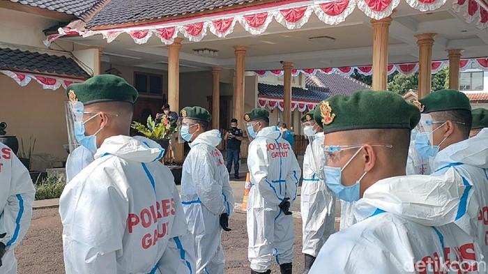 TNI dan Polri dilibatkan bujuk warga yang ogah isolasi terpada