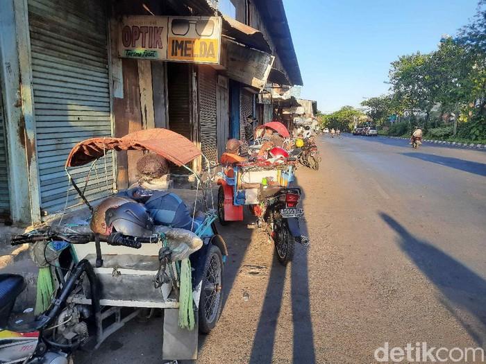 Surabaya masih menerapkan PPKM level 4. PPKM berdampak besar pada aktivitas perekonomian, salah satunya dirasakan tukang becak.