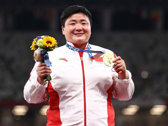 TOKYO, JAPAN - AUGUST 01: Lijiao Gong of Team China celebrates with the gold medal during the medal ceremony for the Womens Shot Put on day nine of the Tokyo 2020 Olympic Games at Olympic Stadium on August 01, 2021 in Tokyo, Japan. (Photo by Ryan Pierse/Getty Images)