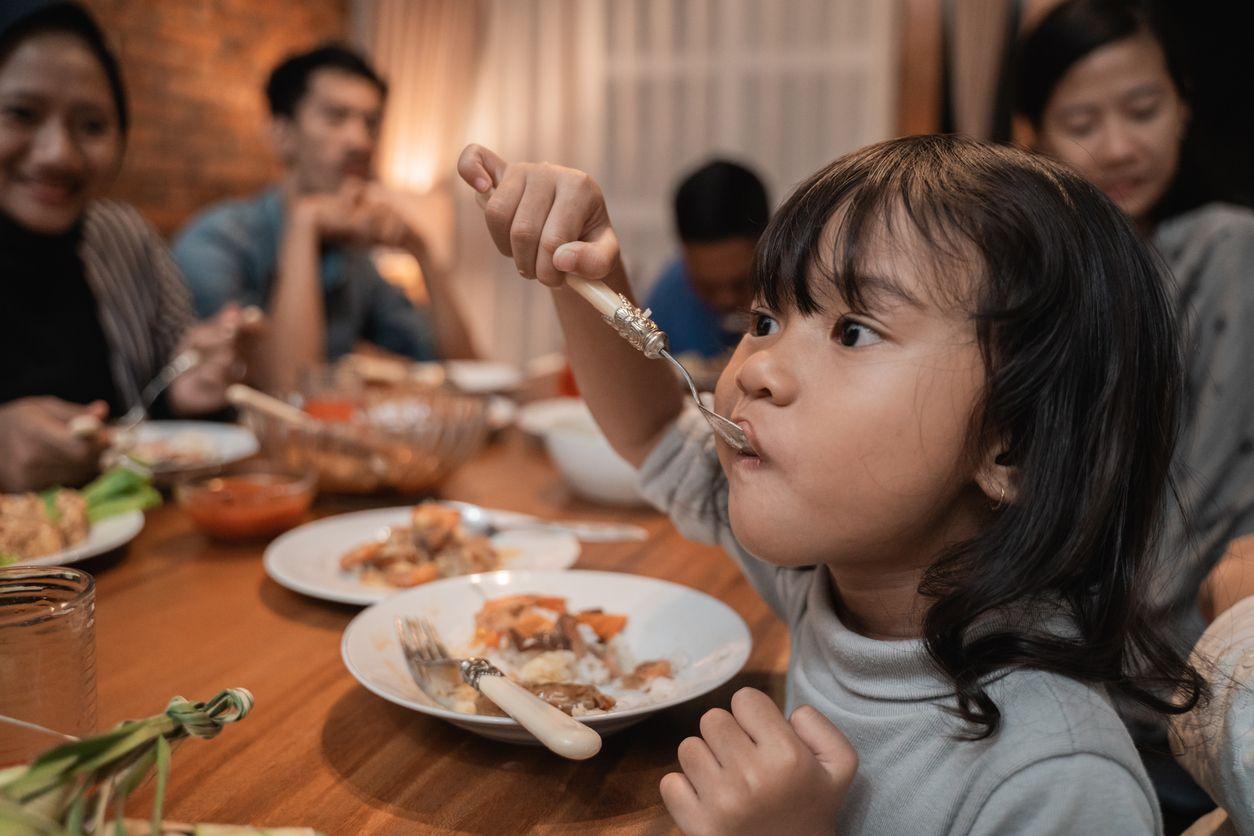 5 Mitos Makan Jadul, Larang Orang Makan di Sudut Meja hingga Depan Pintu