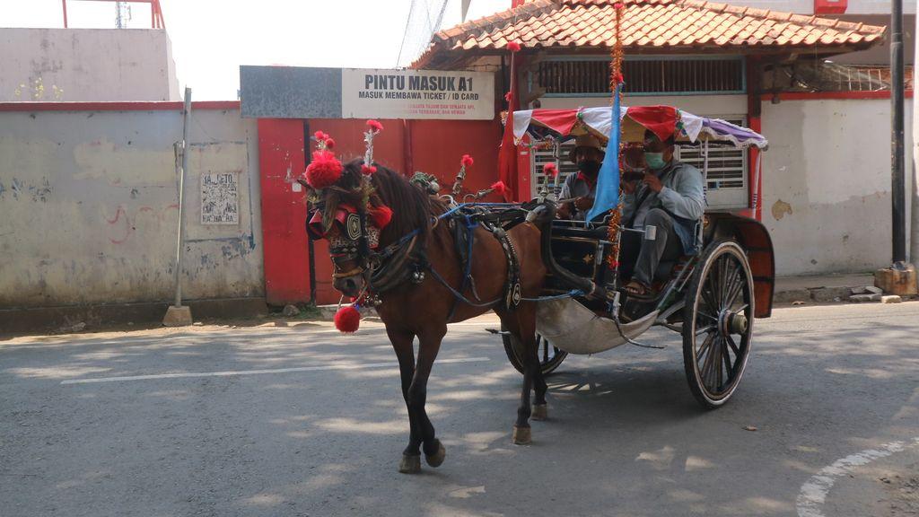 Andong di Kabupaten Kudus, Jawa Tengah tetap bertahan dari hantaman pandemi virus Corona atau COVID-19. Kusir andong pun bercerita sehari sempat pernah tidak mendapatkan penumpang sama