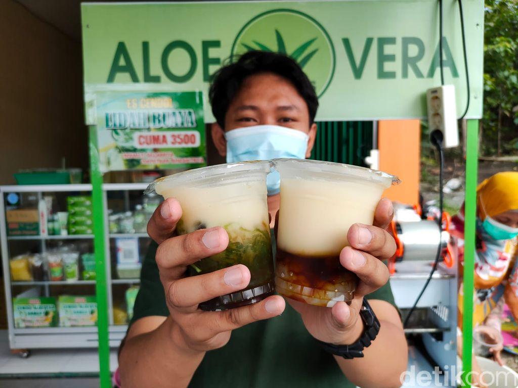 Proses pengolahan lidah buaya menjadi aneka santapan di Galery De Cends Aloe Vera miliknya di Kalurahan Sidomulyo, Kapanewon Pengasih, Kulon Progo, Jumat (6/8/2021)