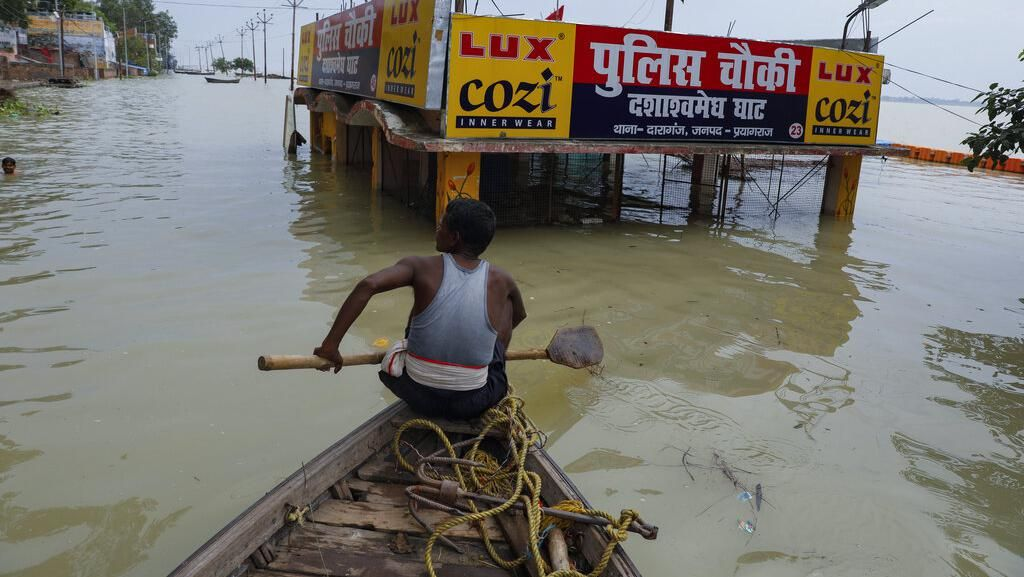 Dihajar Hujan Lebat, Aliran Sungai Gangga Meluap