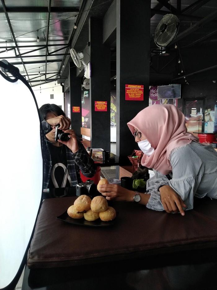 Sejak pandemi, tiga pemuda yang aktif sebagai konten kreator di Karawang, bikin layanan gratis pembuatan iklan promosi bagi UMKM di Karawang.