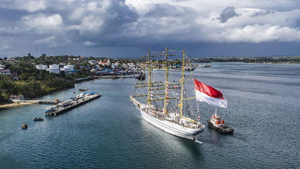Birunya Laut Tual di Maluku Sambut Kedatangan KRI Bima Suci