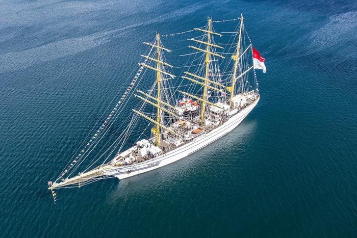 KRI Bima Suci yang merupakan kapal latih tiang tinggi Taruna Akademi Angkatan Laut (AAL) tingkat III angkatan ke-68 berlabuh di perairan Tual, Maluku, Sabtu (7/8/2021). KRI Bima Suci dipimpin Komandan Satgas OBS 2021 Letkol Laut (P) Waluyo akan bersandar selama tiga hari di Tual untuk mendukung latihan praktek (Lattek) Kartika Jala Krida (KJK) 2021 yang dipimpin Palaklat KJK Letkol Laut (P) Khairul Anwar. ANTARA FOTO/Muhammad Adimaja/aww.
