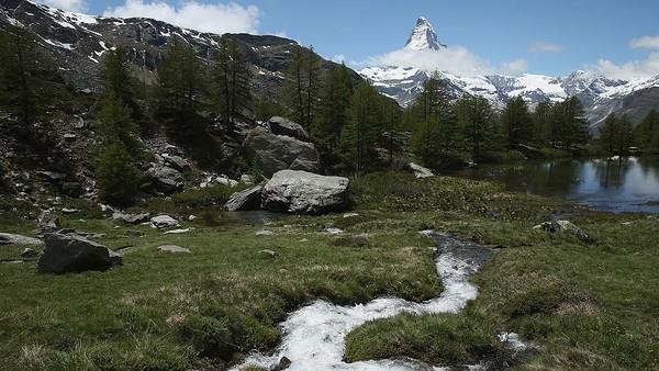 Swiss memiliki Gunung Matterhorn yang tak kalah terkenal. Dengan tinggi mencapai 4478 meter di atas permukaan laut, rute pendakian gunung Matterhorn termasuk cukup sulit. Sean Gallup/Getty Images