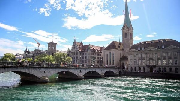 Zurich kerap menjadi tujuan utama wisatawan berlibur ke Swiss. Kota ini terkenal akan keindahan kota dan juga budaya yang dimilikinya. Joern Pollex/Getty Images for IRONMAN