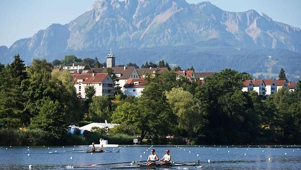 Menjelajahi danau Lucerne dengan menggunakan perahu adalah aktivitas yang wajib dilakukan saat mengunjungi tempat wisata di Swiss ini. Philipp Schmidli/Getty Images