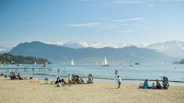 Yang pertama adalah Lucerne Lido. Lokasinya berada di tepi Danau Lucerne yang membentang sepanjang 300 meter. Pantai berpasir di tepi pegunungan Alpen ini jadi pertemuan populer bagi penduduk setempat, sekaligus daya tarik untuk wisatawan. iStock