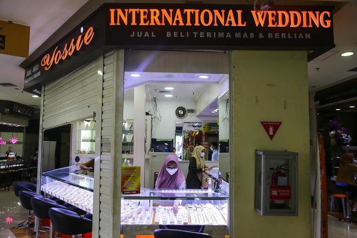 Penjualan emas di International Wedding, Cikini Gold Center, Jakarta, mengalami penurunan di masa PPKM. Pedagang mengaku penjualan turun sebanyak 70%.