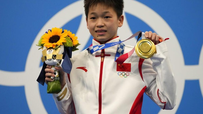 Quan Hongchan of China pose for a photo after winning gold medal in womens diving 10m platform final at the Tokyo Aquatics Centre at the 2020 Summer Olympics, Thursday, Aug. 5, 2021, in Tokyo, Japan. (AP Photo/Dmitri Lovetsky)