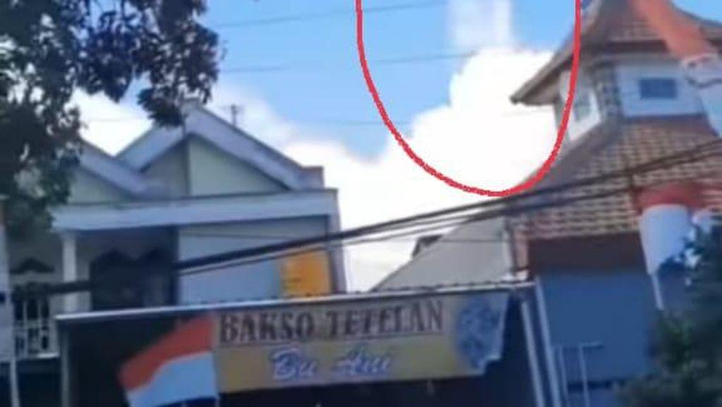 Viral Video Penampakan Awan Berbentuk Sosok Sedang Berdiri di Langit Surabaya