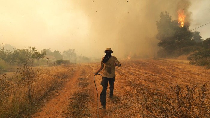 Cuaca ekstrim menerjang bumi dalam beberapa pekan ke belakang. Udara panas berpacu dengan kekeringan dan kebakaran. Di tempat lain, banjir dan tanah longsor mengintai.