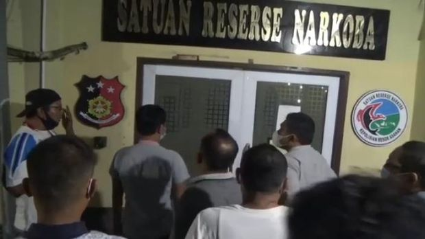 Ketua DPRD Labura saat mendatangi Satuan Narkoba Polres Asahan untuk memastikan penangkapan 5 anggotanya