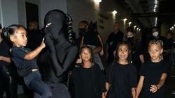 Kim Kardashian Tak Bisa Lihat Kendall Jenner karena Busananya di Met Gala